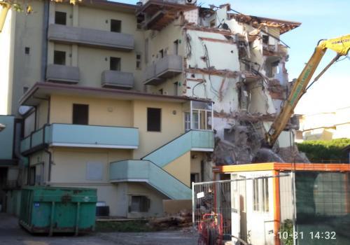 31.10.17 demolizione hotel (2)