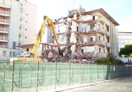31.10.17 demolizione hotel (3)