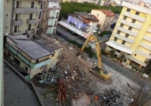 02.11.17 demolizione hotel (6)
