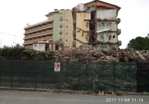 04.11.17 demolizione hotel (2)
