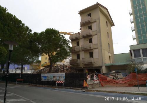 06.11.17 demolizione hotel (2)