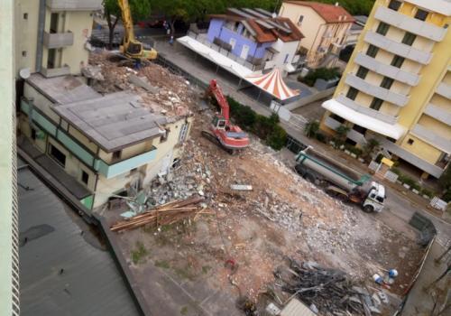 06.11.17 demolizione hotel (3)