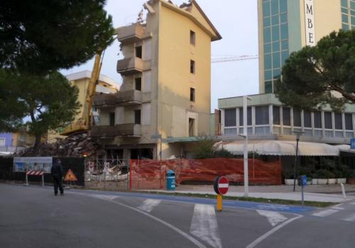 06.11.17 demolizione hotel (4)