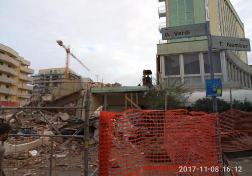 08.11.17 demolizione hotel (1)