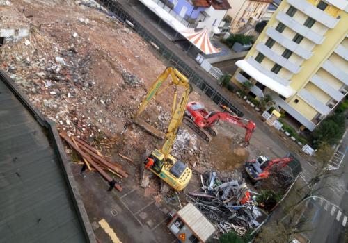 09.11.17 demolizione hotel (4)
