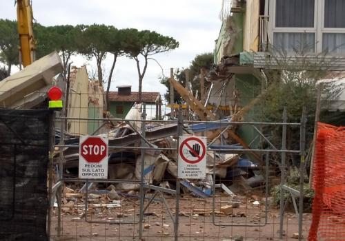 09.11.17 demolizione hotel (5)